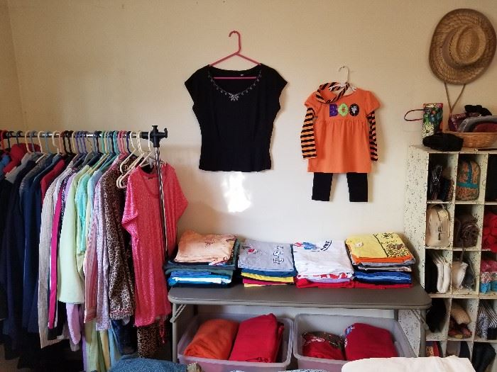 Vintage sweater, clothing/outerwear sizes 4-14, XL-3X.