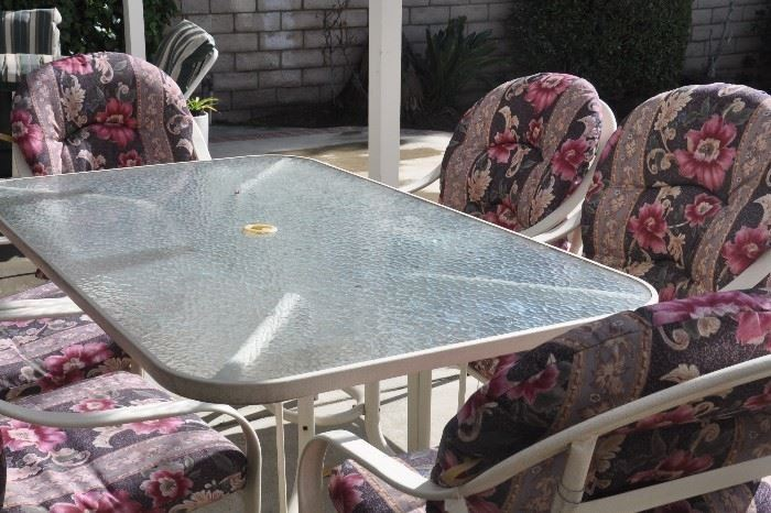 Patio furniture, 6 chairs and table, excellent condition