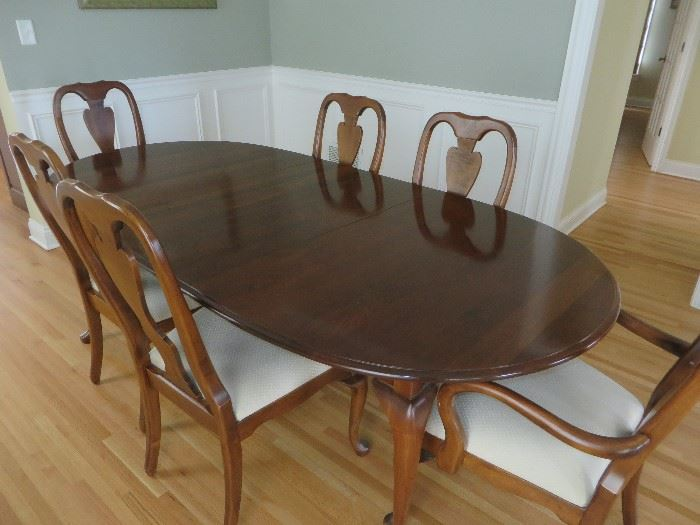 QUEEN ANNE DINING TABLE & CHAIRS OVAL SHAPED TABLE WITH ROUNDED BEVELED LIP & CABRIOLE LEGS