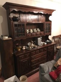 Kline Colonial Hutch with matching dining table and 6 chairs. One chair is the head of table chair with arms. Solid pine construction. Excellent condition. Table comes with 2 leafs and a table pad to protect surface.