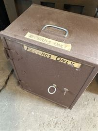 Old vintage safe... with Key! (And that would be the rare part)