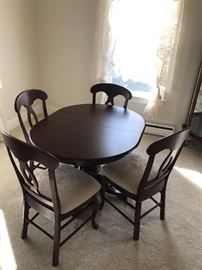 Cherry Wood Oval Dining Room Table w/ 4 Chairs & 2 Leaves
