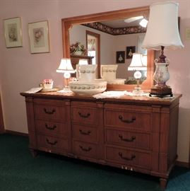 MID CENTURY THOMSVILLE DRESSER AND MIRROR, LAMPS AND WASH BASIN AND PITCHER