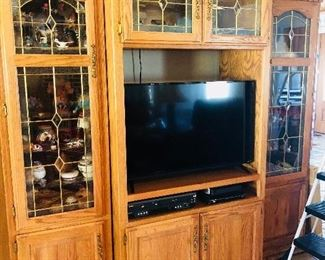 Media/curio cabinet in excellent shape
