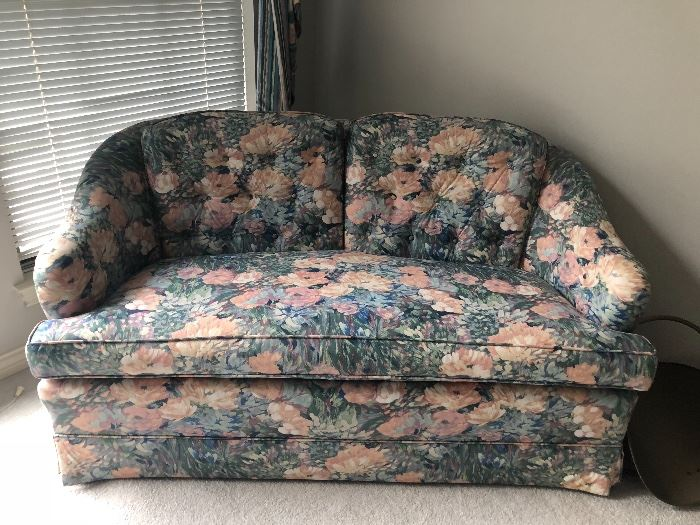 Floral loveseat in excellent condition