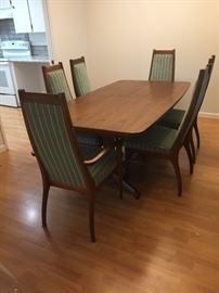 Beautiful Mid Century Ding Table with 4 side chairs, 2 arm chairs and 2 leafs.