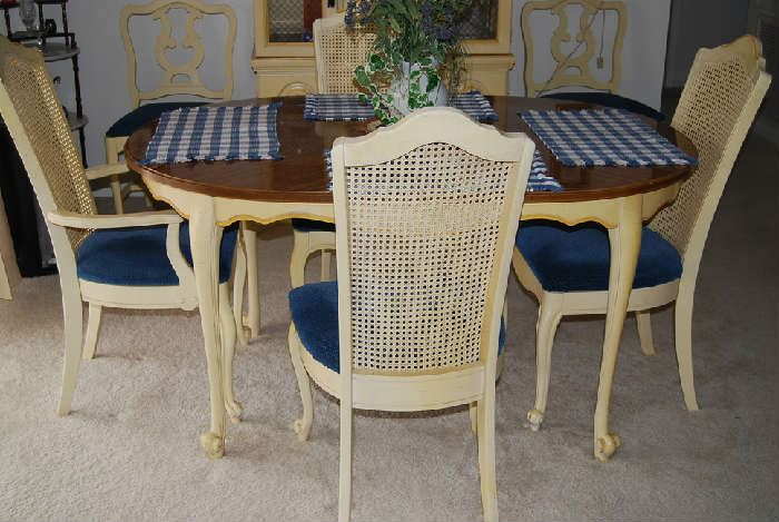 DARLING TABLE AND 4 CHAIRS (3 LEAVES) WITH 4 ADDITIONAL COORDINATING CHAIRS
