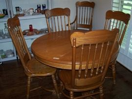 round oak dining table with leaf & 6 chairs
