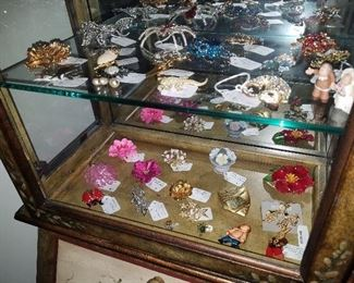 Brooches (30 pieces)