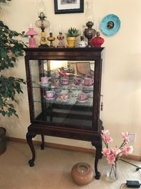 Display cabinet, oil lamp collection, etc.