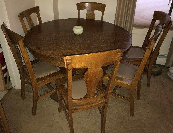 Round oak table with 4 leaves and 6 oak chairs (excellent condition)