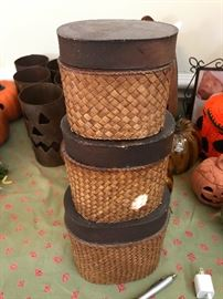 Small stackable baskets with lids