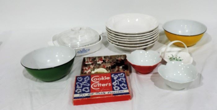 KITCHENWARE LOT COOKIE CUTTERS IN BOX
