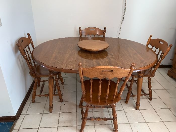 Round/oval kitchen table w/2 leaves and 4 chairs