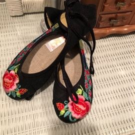 Cute ladies embroidered Asian style shoes