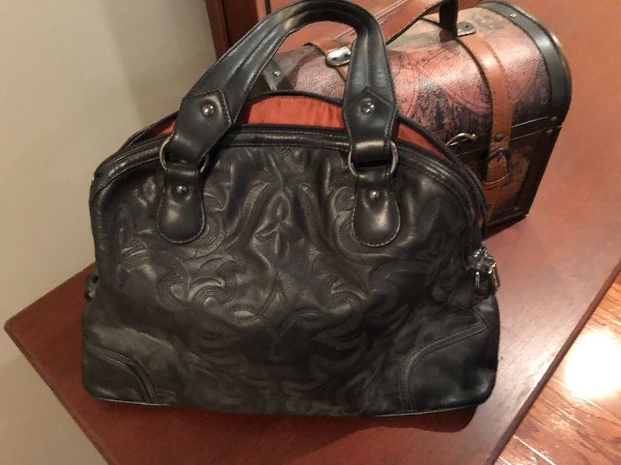 Ahhh, the photo does not do  justice to this very nice Donald Pliner bag