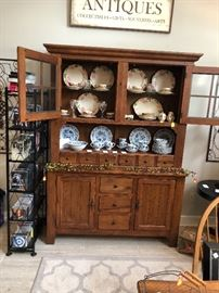 Great looking Broyhill hutch