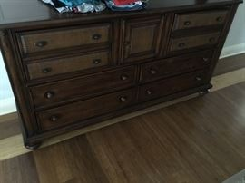 Haverty's dresser