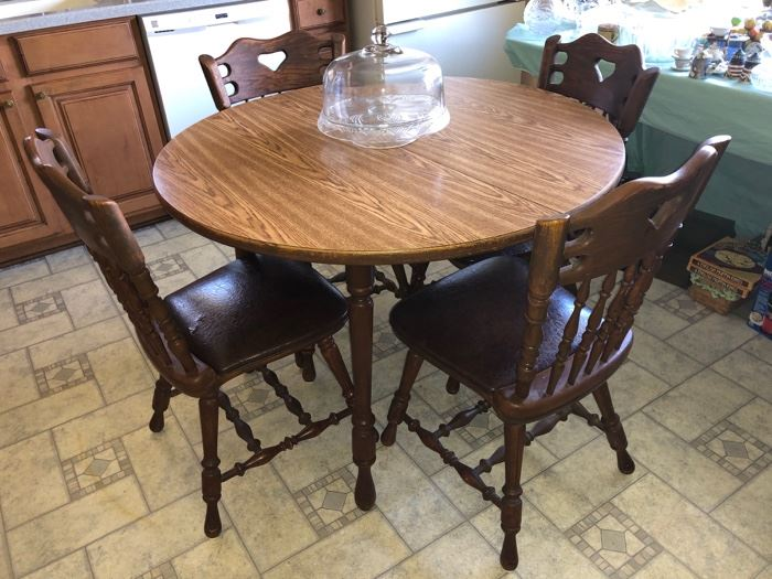 Kitchen table, 4 chairs and a leaf