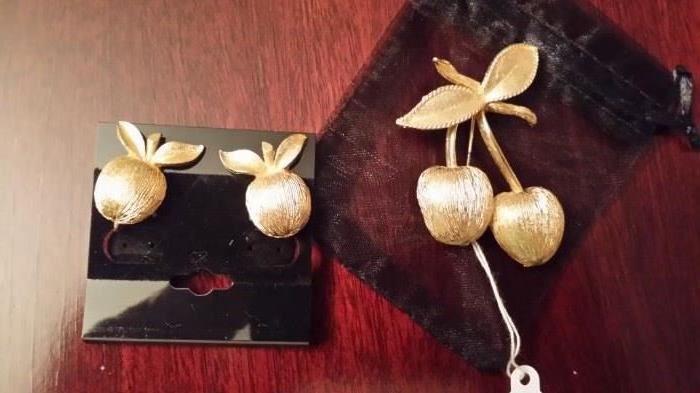 Sara Coventry. Clip earrings