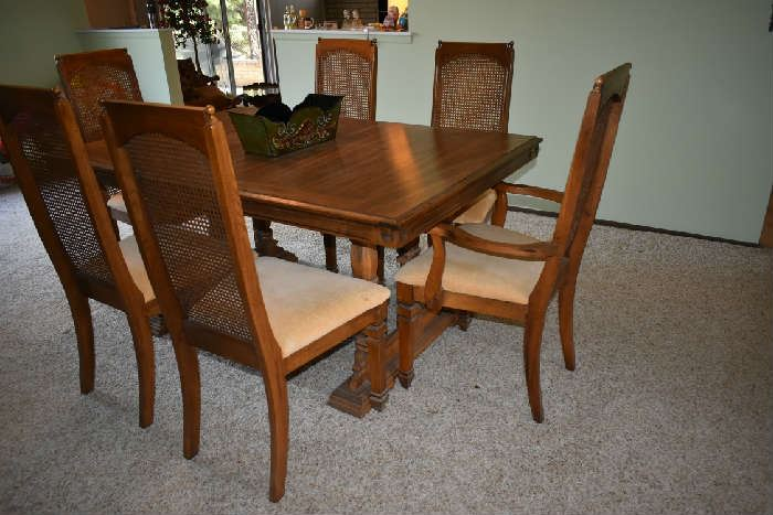 DINING TABLE W/LEAFS & 6 CHAIRS