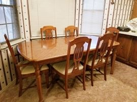 Broyhill Dining table with 6 chairs