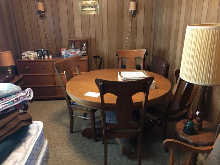 round oak table w/4 chairs