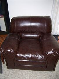 BLACK LEATHER CHAIR OVER SIZE