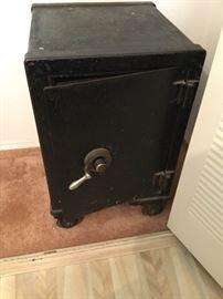 Vintage Safe https://ctbids.com/#!/description/share/121007