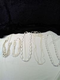 lot of 5 retro white beaded necklaces https://ctbids.com/#!/description/share/125124