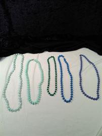 lot of 5 retro beaded necklaces https://ctbids.com/#!/description/share/125123