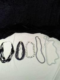 lot of 5 retro necklaces https://ctbids.com/#!/description/share/125136