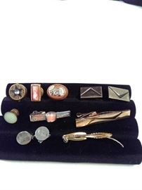 two pairs of vintage cufflinks , three tie clips , four mismatched vintage cufflinks https://ctbids.com/#!/description/share/125132