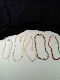 lot of 5 retro chunky necklaces, Pearl Style , beaded https://ctbids.com/#!/description/share/125138