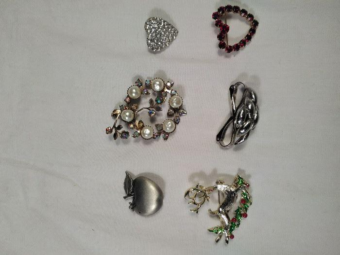 lot of 6 vintage, retro brooches https://ctbids.com/#!/description/share/125143
