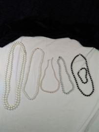 lot of 5 pearl style retro necklaces https://ctbids.com/#!/description/share/125154