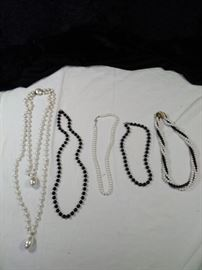 lot of 5 retro beaded and pearl necklaces https://ctbids.com/#!/description/share/125157