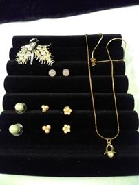lot of 6 various pieces of jewelry, four pairs of post earrings, one jeweled brooch, one Pearl and gold style           https://ctbids.com/#!/description/share/125163