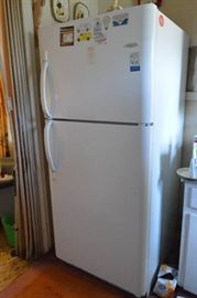 Frigidaire Refrigerator works  contents not inc ...