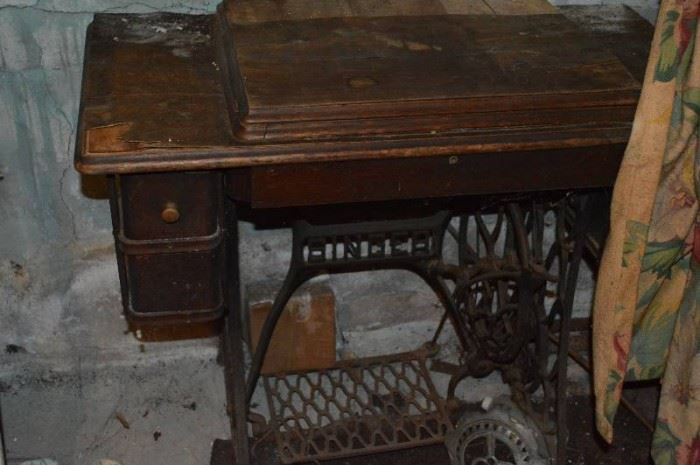 Tredle sewing machine Singer  damaged in basem ...