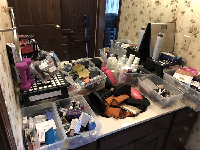 yes.....those are glasses in the sink....and more make up