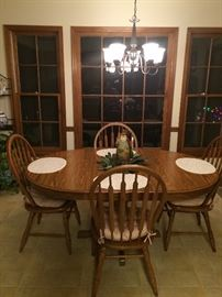 Oak round dining table w/2 leaves.