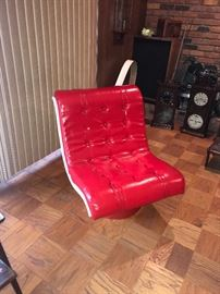 MID CENTURY MODERN RED VINYL LOUNGE CHAIR
