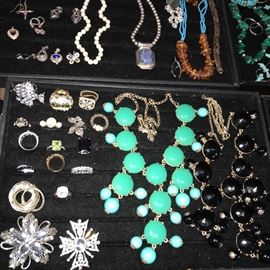 TON OF BEAUTIFUL COSTUME JEWELRY/ RINGS/ EARRINGS/ NECKLACES/ BRACELETS