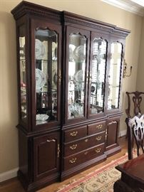 Very nice wide China cabinet to match the dining table $800