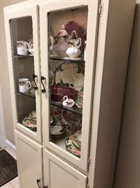 White cabinet in excellent condition needs no painting $190