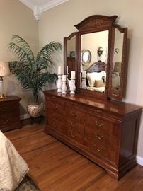 Thomasville dresser with jewelry box hidden behind primary beveled mirror. $900… Immaculate condition