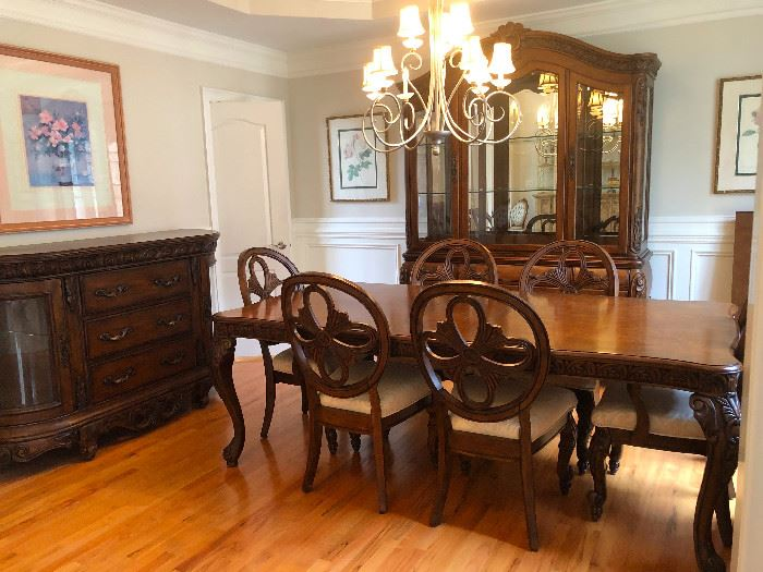 Beautiful Pulaski Dining Room Set. Mint Condition!