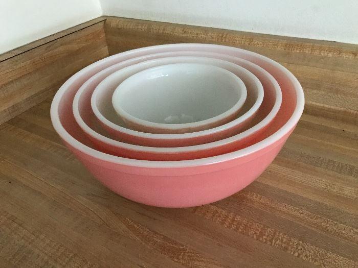 Hard to find Vintage Pyrex bowl set,