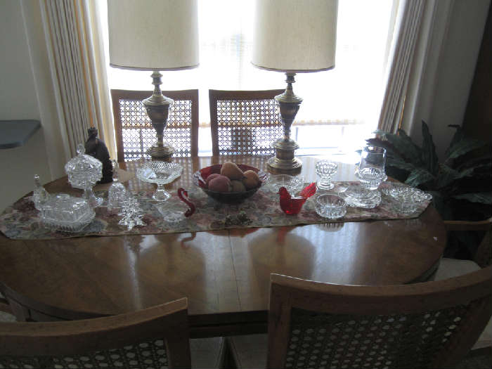 Beautiful Drexel Wood Table, Six Chairs and Two Leaves. Excellent Condition